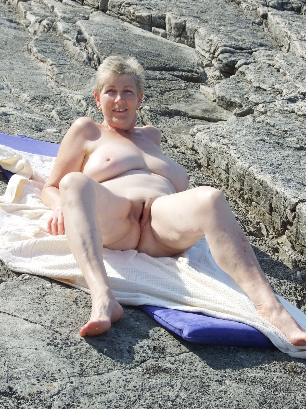 Naked woman who have camel toe