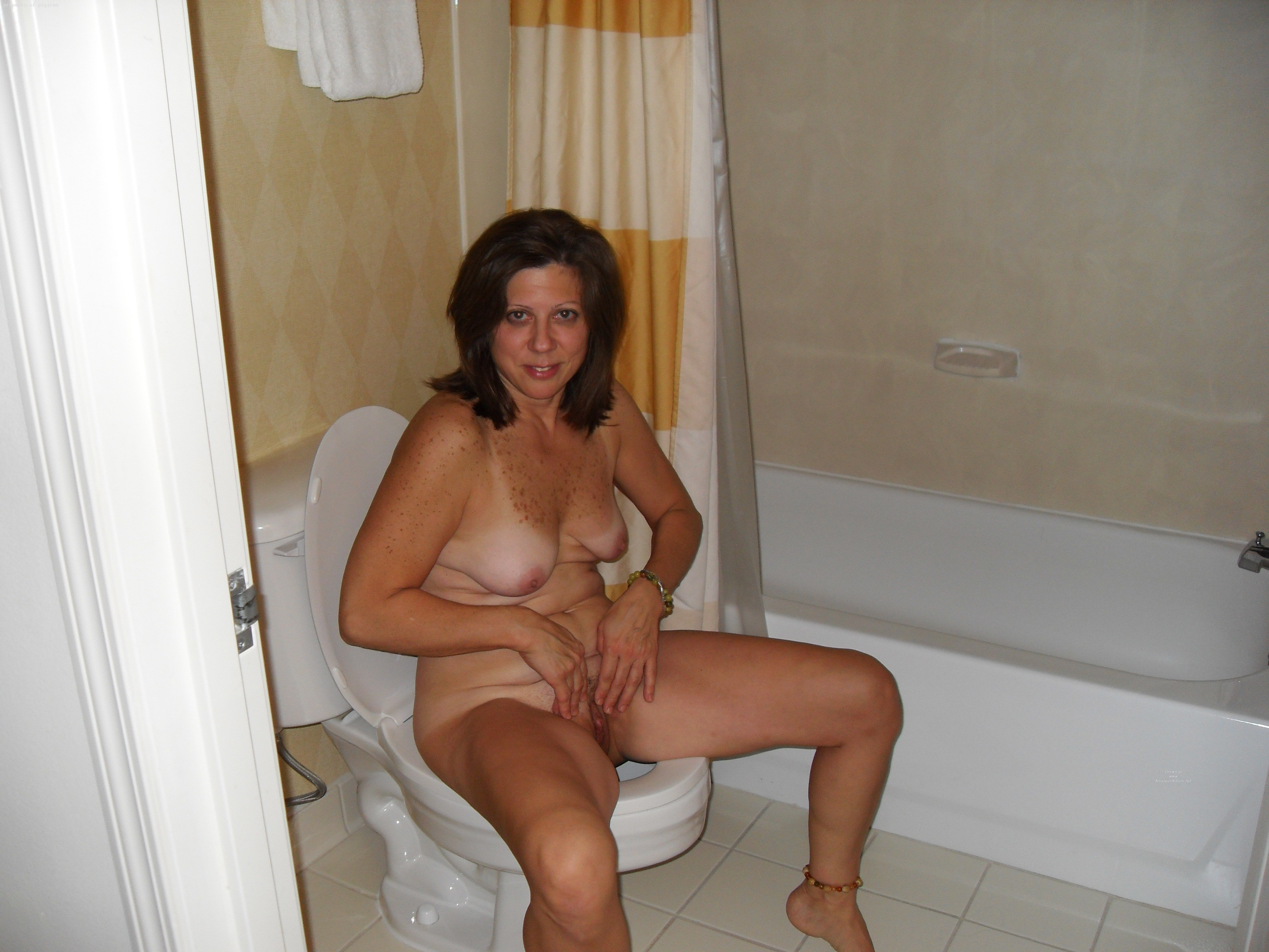 Housewives nude on toilet mature