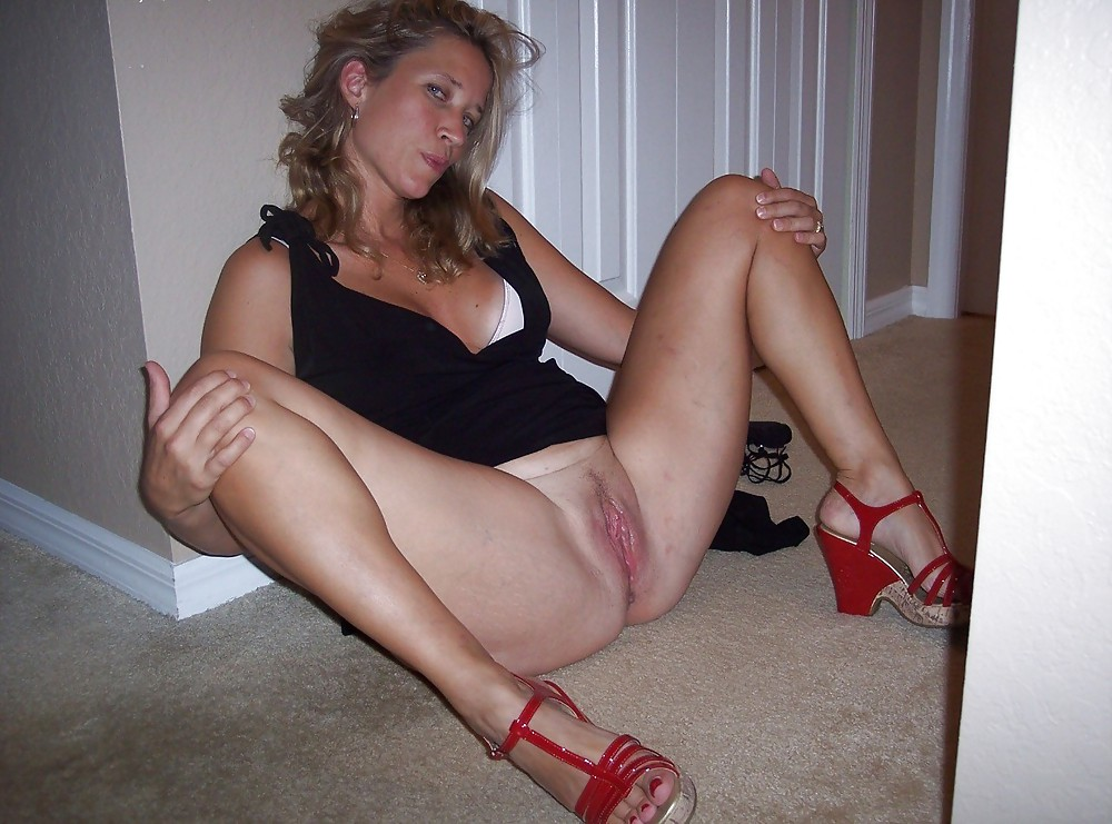 legs spreading Mature women