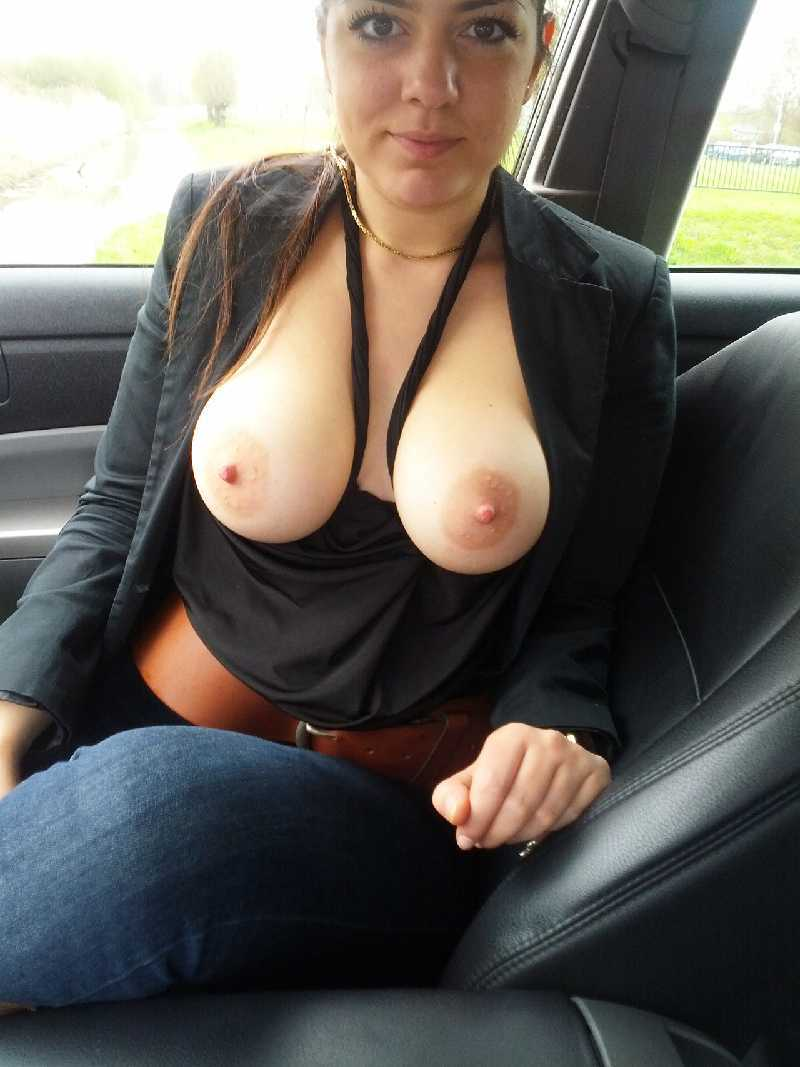 Wife likes showing her tits