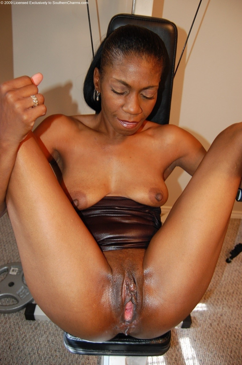 Mature Ebony Dildo Squirt
