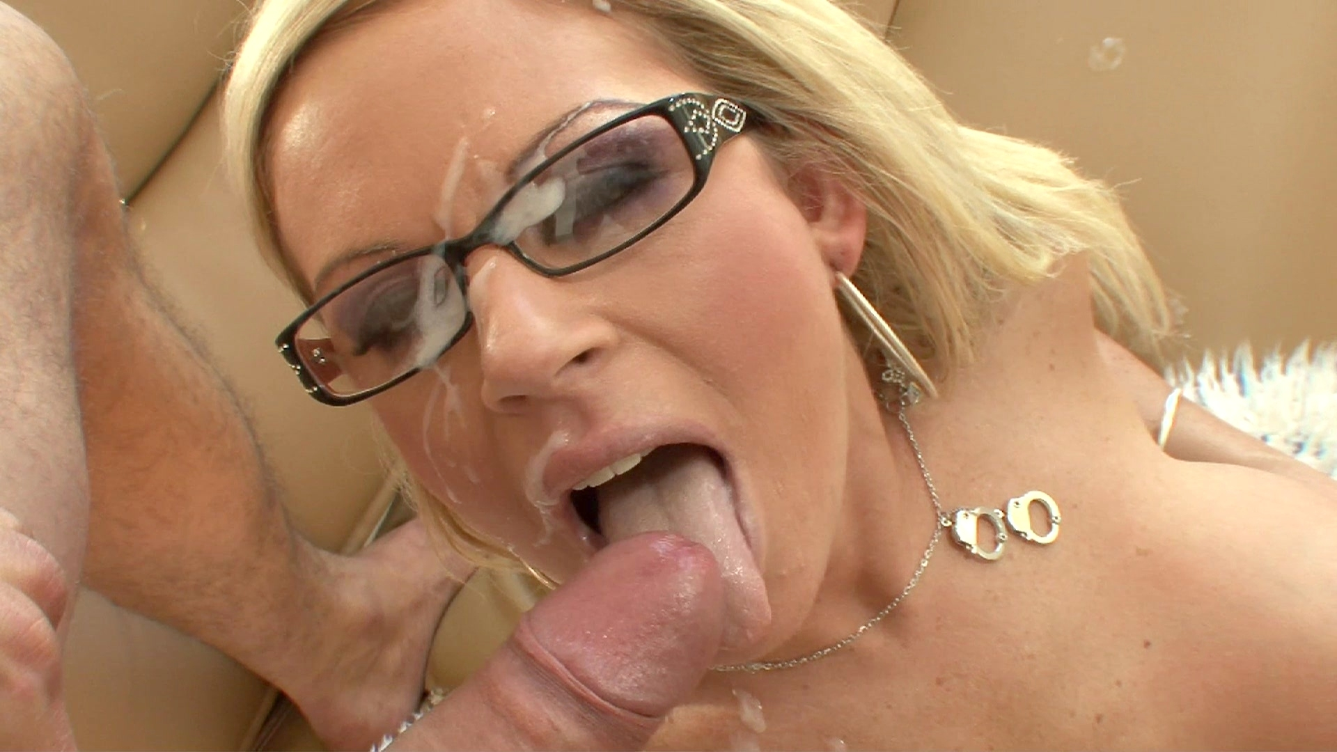 Hot Girl Gave Stranger A Blowjob In The Toilet Of A Shopping Mall She Just Met Him Great Facial