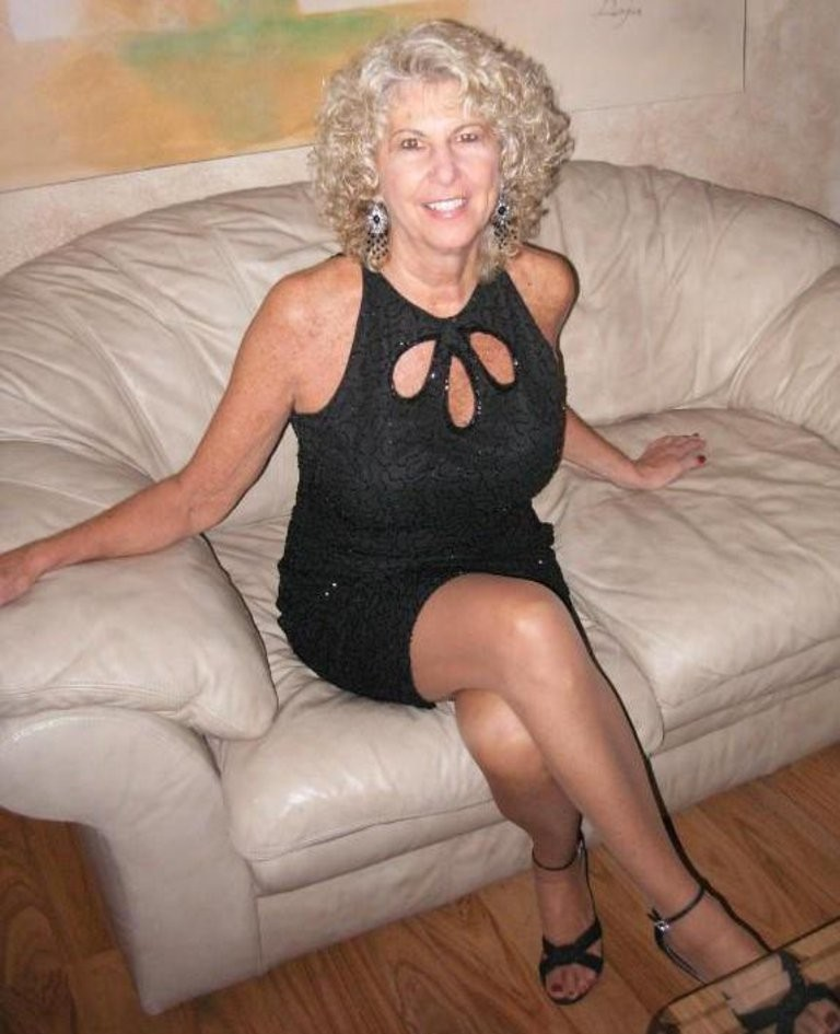Moms In Pantyhose And Stockings