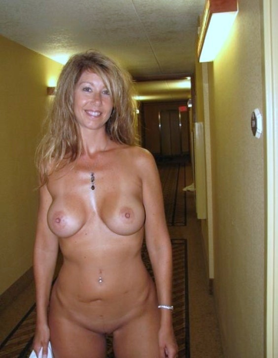 Amateur milf exhibitionist in hotel