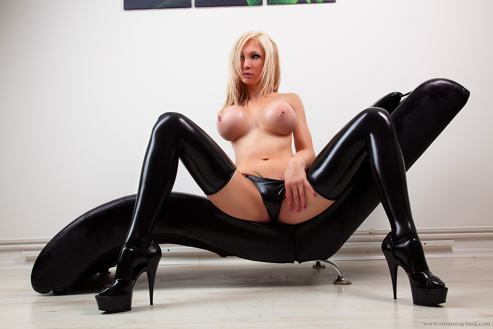 Alison tyler in hot black latex with huge strapon gives