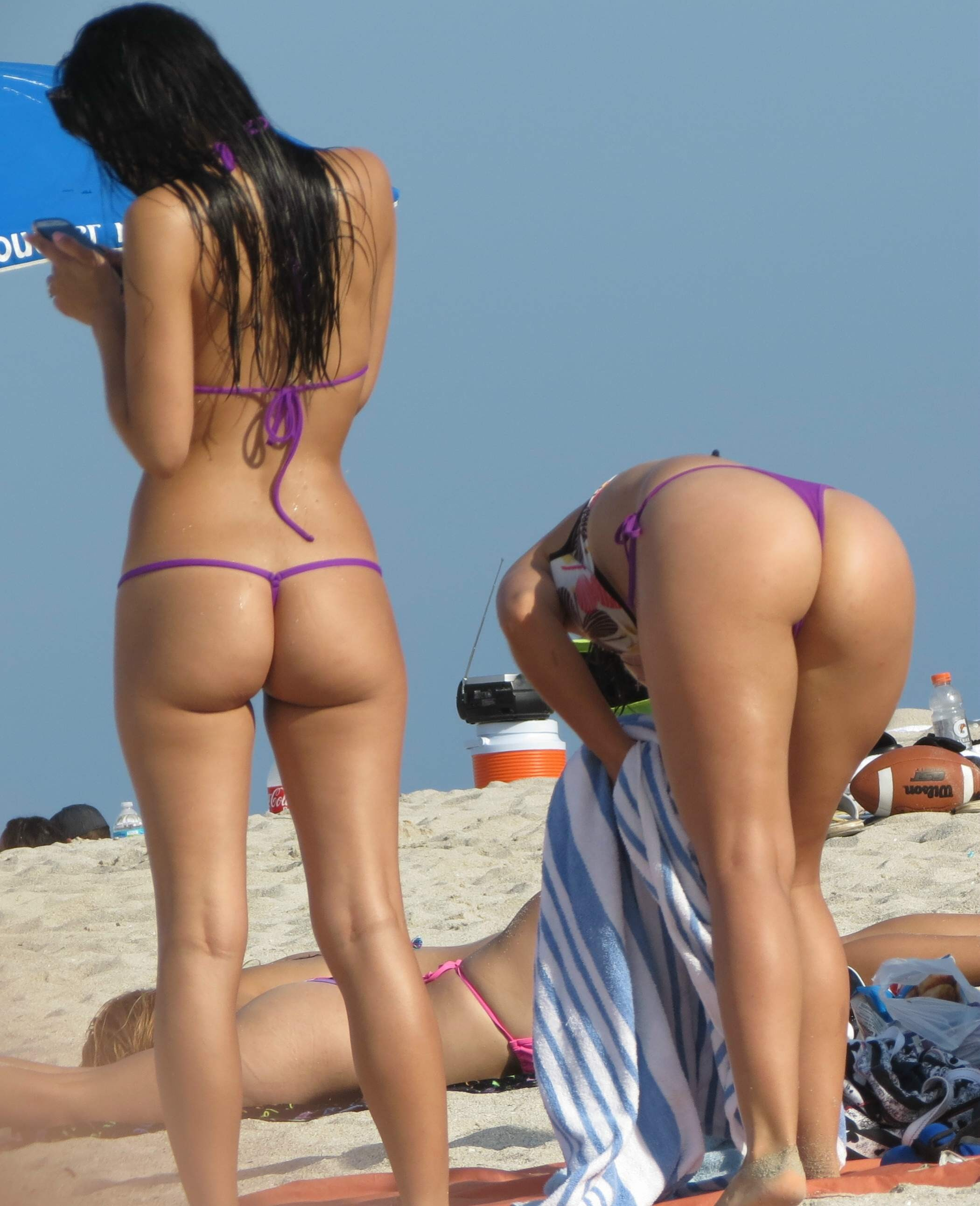 Candid beach bikini ass