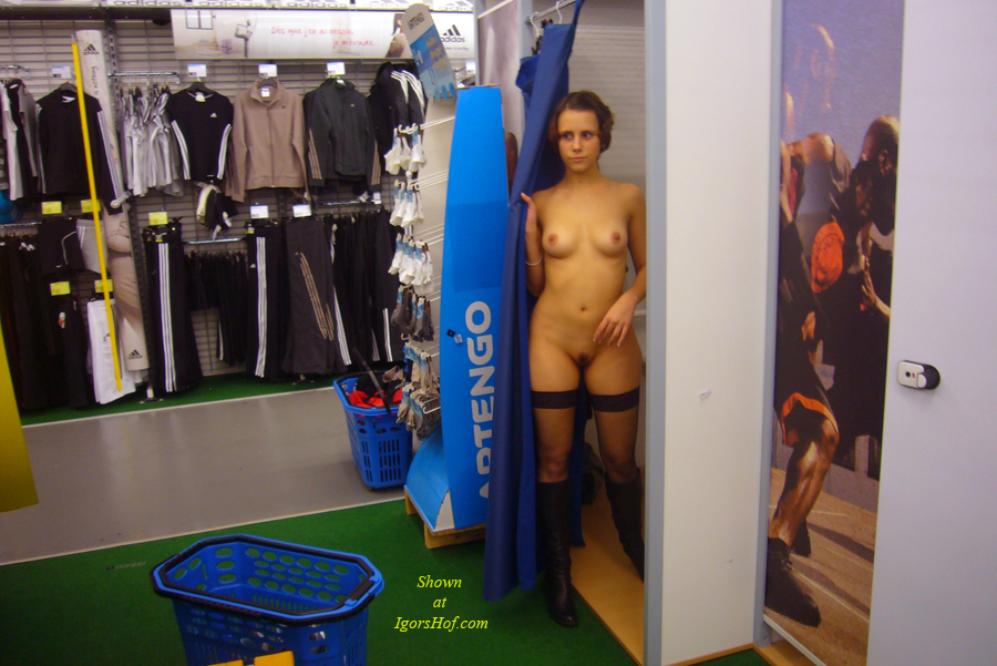 nearly-nude-in-changing-room-2195.jpg
