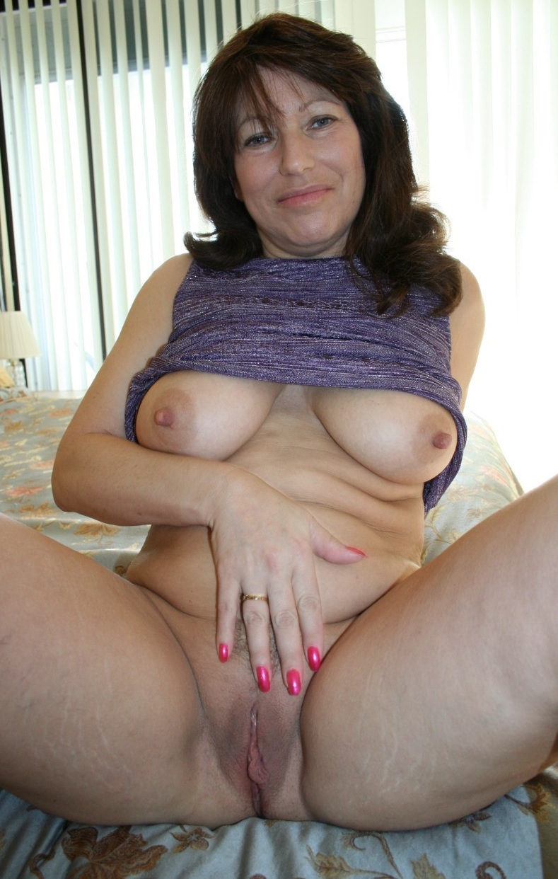 amateur mature spreading photos