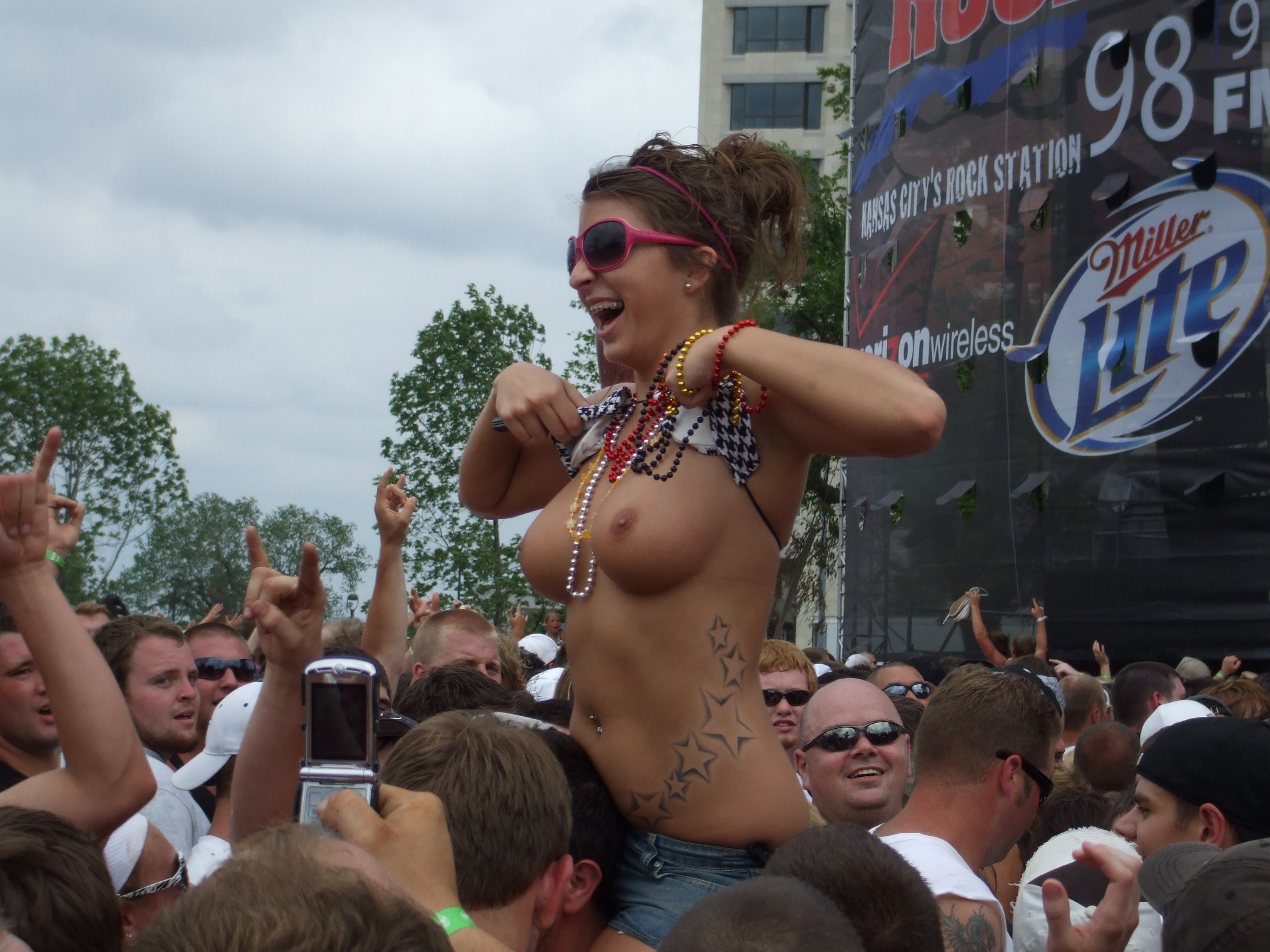 nude girls fans in concert
