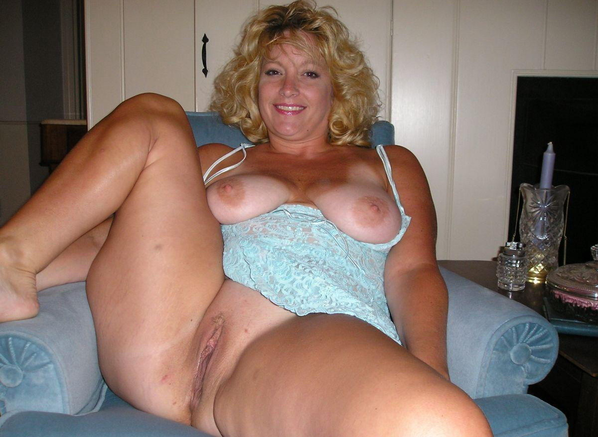 Amateur chubby mom performs footjob on dildo 7