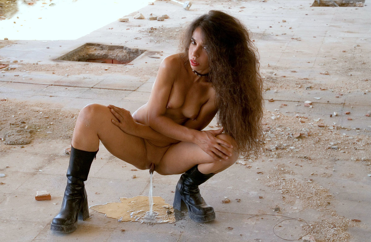Sexy girl pees naked — photo 4