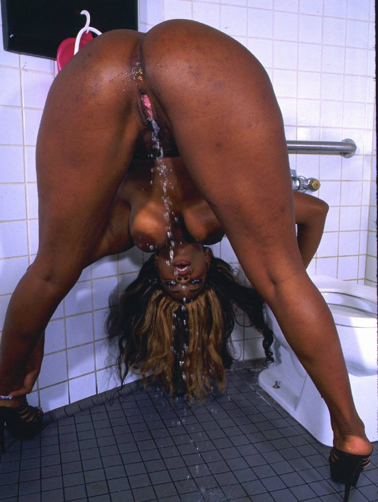 peeing black lady