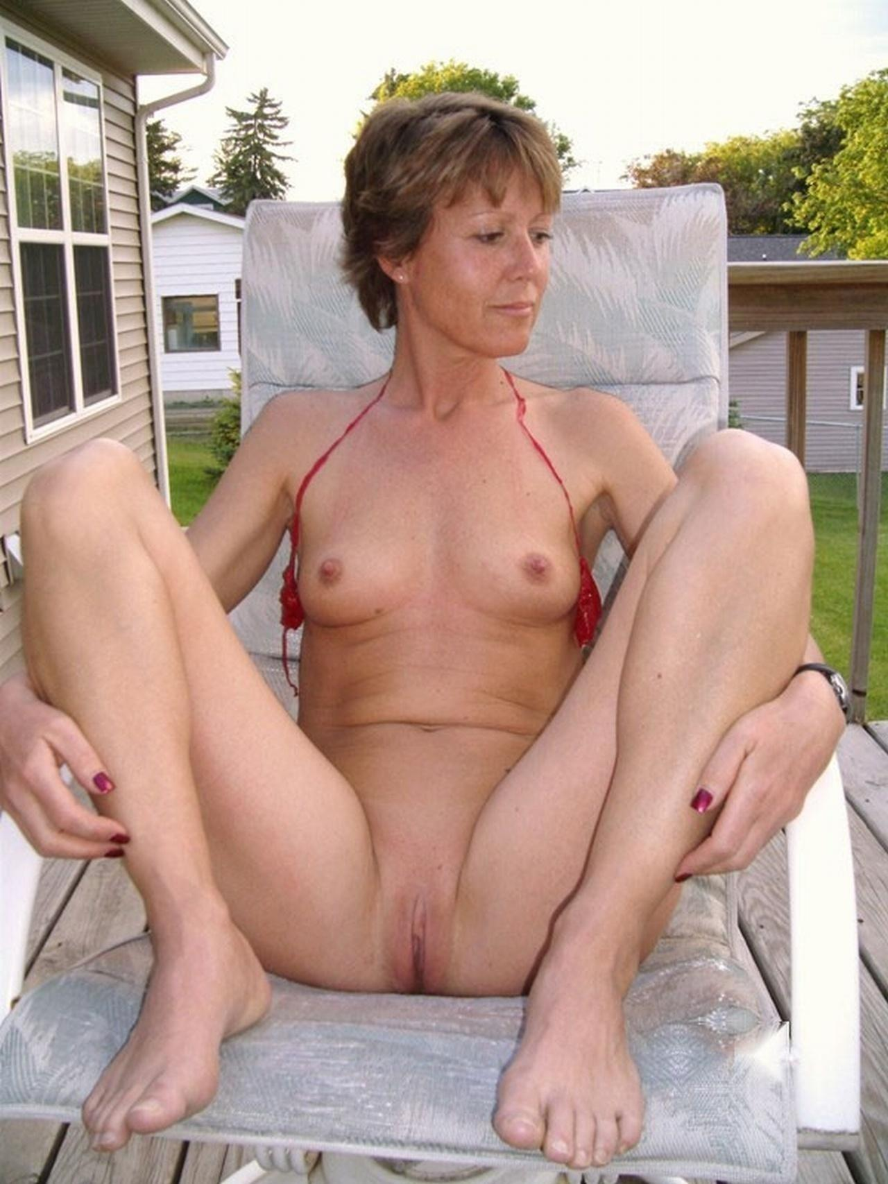 Skinny mature lover shows her bald pussy and ass pichunter