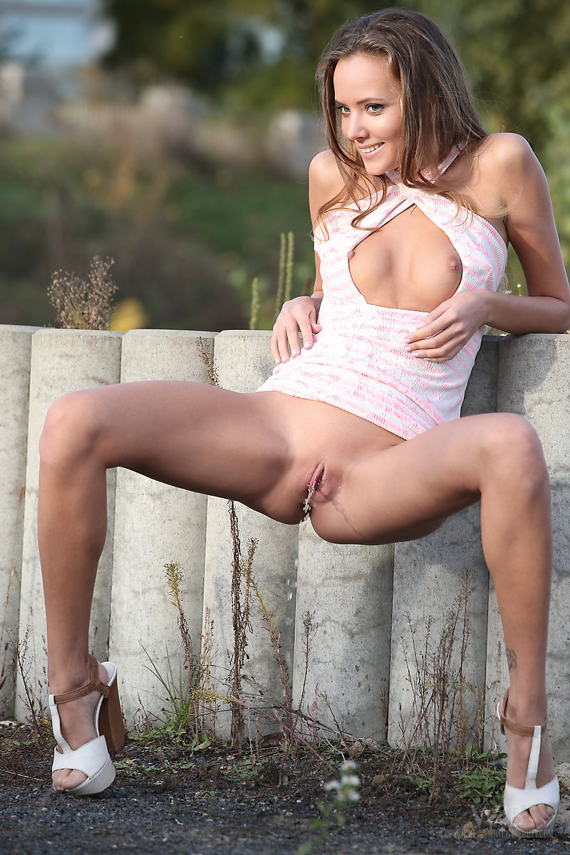 Outdoor aussies eat pussy